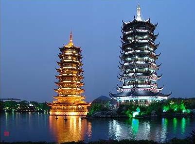 日月双塔地处桂林市中心区