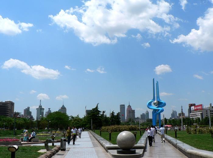 """泉城广场集中体现了""""山、泉、湖、城、河""""的泉城特色。站在广场上,无论是近看广场四周繁华的商业区、现代化的建筑,还是远眺济南东部、南部在千佛山背景衬托下的高楼林立的现代化城市面貌,都能让人感受到欣欣向荣、蓬勃发展的城市脉搏。广场设计方案也着重强调了""""泉文化"""",东部有荷花音乐喷泉,能变换出数种造型;西部的泉标下有四组喷泉,寓意济南的""""四大名泉""""。七十二个小涌泉寓意""""七十二名泉"""",游人在这里可以了解到泉城的&ld"""