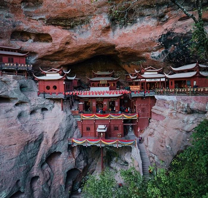 悬空在悬崖边的寺庙!惊险的美丽